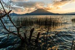 Zonsondergang op Meer Atitlan & vulkaan, Guatemala Stock Foto's