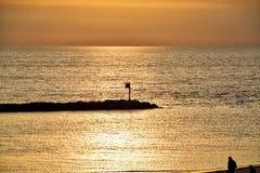 Zonsondergang op Meer Michigan met mening van silhouet van Meer Michigan op verre achtergrond Stock Afbeeldingen