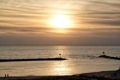 Zonsondergang op Meer Michigan met mening van silhouet van Meer Michigan op verre achtergrond Royalty-vrije Stock Foto