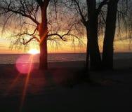 Zonsondergang op Meer Michigan met zonnestraal stock foto