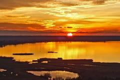 Zonsondergang op meer van massaciuccoli Stock Foto