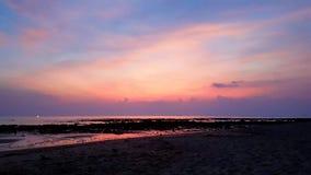 Zonsondergang op Mooie eilandkoh Lanta bij het backpacking Worldtrip door Thailand stock foto