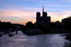 Zonsondergang op Notre Dame de Paris - Parijs, Frankrijk royalty-vrije stock foto