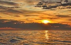 Zonsondergang op oceaan Royalty-vrije Stock Afbeeldingen
