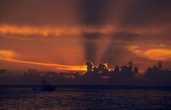 Zonsondergang op oceaan bij Dominicaanse republiek Bayahibe Stock Afbeeldingen