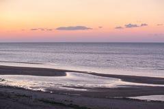 Zonsondergang op Overzees seashore royalty-vrije stock foto's