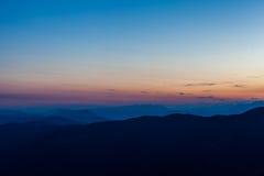 Zonsondergang op pre alpien bergensilhouet Royalty-vrije Stock Foto's