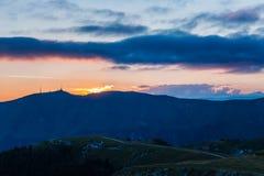Zonsondergang op pre alpien bergensilhouet Royalty-vrije Stock Foto
