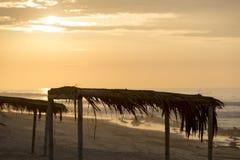 Zonsondergang op Punta-Zoutstrand met houten schuilplaatsen, Peru Royalty-vrije Stock Fotografie