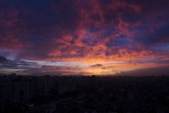 Zonsondergang op reeksen gebouwen Stock Foto's