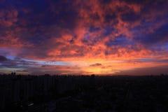 Zonsondergang op reeksen gebouwen Stock Fotografie