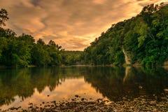 Zonsondergang op rivier Stock Foto's