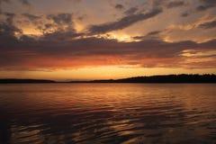 Zonsondergang op rivier. Stock Foto's
