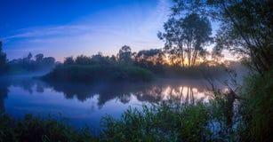 Zonsondergang op rivier, panoramisch landschap van aard Stock Afbeelding
