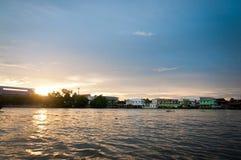 Zonsondergang op rivier in Thailand stock afbeeldingen