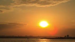Zonsondergang op rivieroever stock video
