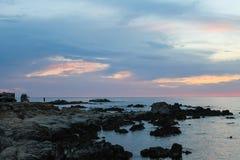Zonsondergang op Rocky Monterey Ca, stock afbeelding