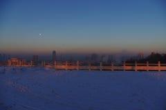 Zonsondergang op sneeuwgebied royalty-vrije stock afbeeldingen