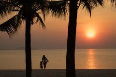 Zonsondergang op strand, gelukkige moeder royalty-vrije stock foto