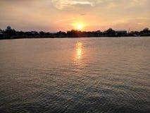 Zonsondergang op strand stock fotografie