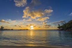 Zonsondergang op Tenger Anse-strand, Seychellen stock foto's