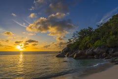 Zonsondergang op Tenger Anse-strand, Seychellen stock foto