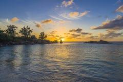 Zonsondergang op Tenger Anse-strand, Seychellen royalty-vrije stock foto's