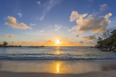 Zonsondergang op Tenger Anse-strand, Seychellen royalty-vrije stock fotografie