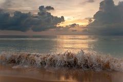 Zonsondergang op tropisch strand Stock Afbeeldingen