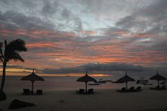 Zonsondergang op tropisch strand stock foto's