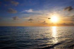 Zonsondergang op tropisch strand royalty-vrije stock fotografie