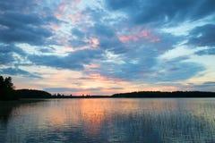 Zonsondergang op Tuunaansalmi-meer in de avond van Juni finland Royalty-vrije Stock Fotografie