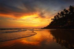 Zonsondergang op Varkala-strand, Kerala, India stock afbeelding