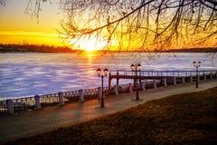 Zonsondergang op Volga rivier Stock Afbeeldingen