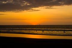 Zonsondergang op Vreedzame kust van Ecuador Royalty-vrije Stock Foto's