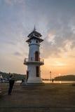 Zonsondergang op vuurtoren met toerist bij de overzeese pijler op het eiland van Ko Chang Stock Foto's