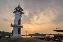 Zonsondergang op vuurtoren met toerist bij de overzeese pijler op het eiland van Ko Chang royalty-vrije stock afbeelding