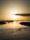 Zonsondergang op water golvend van overzees Stock Foto's
