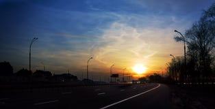 Zonsondergang op weg Stock Foto