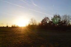 Zonsondergang op weide tijdens de lente royalty-vrije stock afbeeldingen