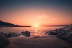 Zonsondergang op zandig Algajola-strand in Corsica royalty-vrije stock afbeelding
