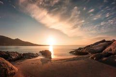 Zonsondergang op zandig Algajola-strand in Corsica royalty-vrije stock fotografie