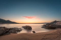 Zonsondergang op zandig Algajola-strand in Corsica royalty-vrije stock foto