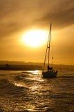 Zonsondergang op zee met jachtsilhouet Royalty-vrije Stock Foto