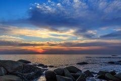 Zonsondergang op zee strand Stock Foto's