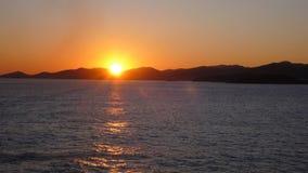 Zonsondergang op zee van het strand stock foto