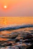 Zonsondergang op zeekust Stock Afbeeldingen