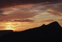 Zonsondergang op Zwitserse alpen royalty-vrije stock fotografie