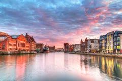 Zonsondergang in oude stad van Gdansk bij rivier Motlawa Stock Foto