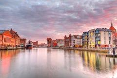 Zonsondergang in oude stad van Gdansk bij rivier Motlawa Royalty-vrije Stock Foto